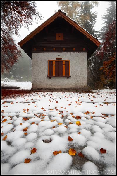 къщичка в снега